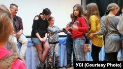 Словацька співачка Celeste Buckingham, яка взяла участь у благодійному проекті, фотографується з дітьми після виступу