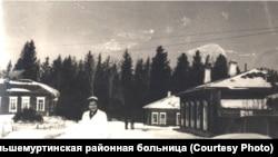 Территория больницы в 1940-х гг. Слева хирургический корпус, где лежала Максимова