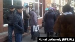 Сторонники участников акции заемщиков ипотечных кредитов у здания отдела полиции Медеуского района. Алматы, 21 января 2016 года.