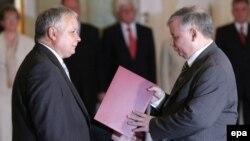 Если в течение ближайших недель Ярославу Качинскому (справа) не удастся создать новую парламентскую коалицию, Польшу ждут новые выборы в cейм