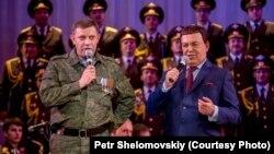 Йосип Кобзон (праворуч) у Донецьку співає разом із ватажком угруповання «ДНР», що визнане в Україні терористичним, Олександом Захарченком, 27 жовтня 2014 року