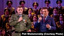 Йосип Кобзон (П) у Донецьку співає із ватажком угруповання «ДНР», що визнане в Україні терористичним, Олександром Захарченком, 27 жовтня 2014 року