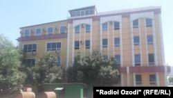 По словам очевидцев, дети сбрасывались из окна на третьем этаже этого здания