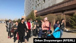 Многодетные матери собрались перед Домом министерств. Нур-Султан, 11 апреля 2019 года.
