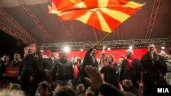 Përkrahësit e partisë së kryeministrit të ri të Maqedonisë, Zoran Zaev.