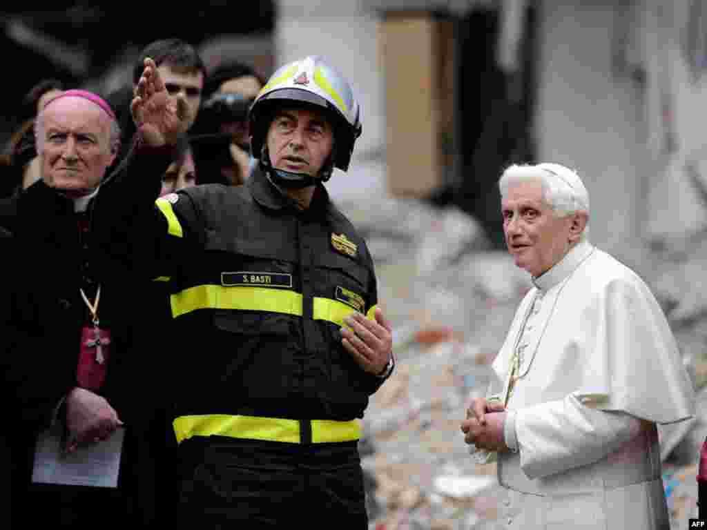 Папа римский Бенедикт XVI приехал поддержать паству в итальянскую Абруццо, пострадавшую недавно от сильного землетрясения