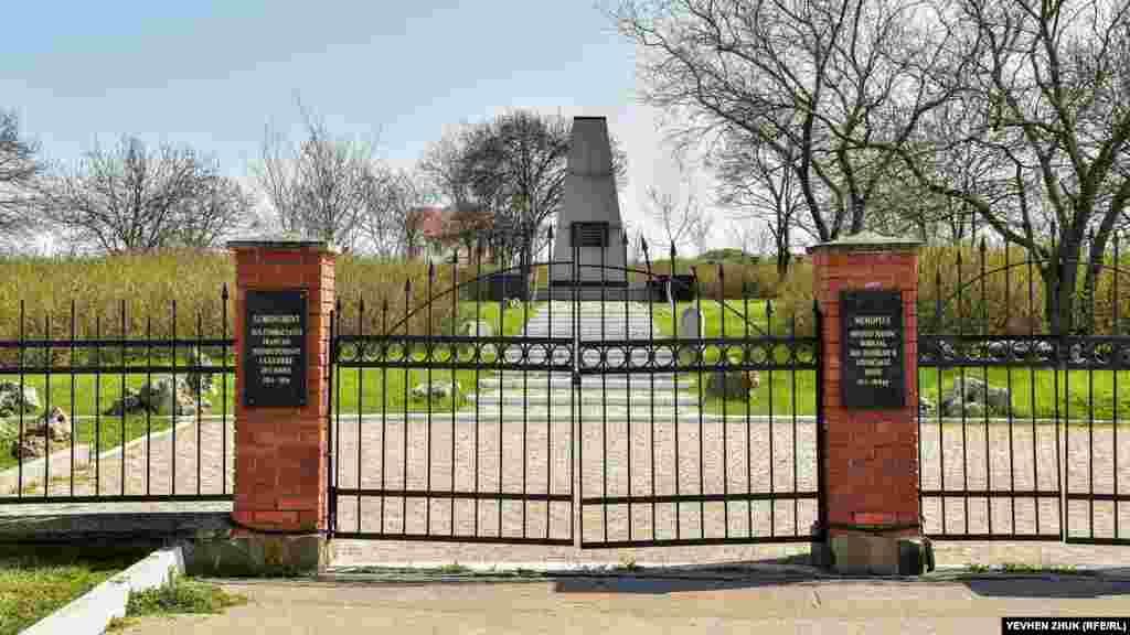Мемориал погибшим французским воинам находится около Монастырского шоссе, на месте бывшего французского кладбища