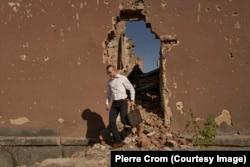 Славянск, Украина – Местный политик осматривает развалины больницы, разрушенной во время оккупации Славянска пророссийскими сепаратистами в 2014 году