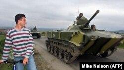 Konvoji me tanke të Ushtrisë ruse duke shkuar drejt aeroportit në Sllatinë. 1999