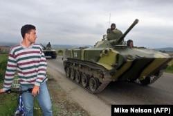 Российская бронетехника следует по шоссе Белград - Приштина, 27 июля 1999 года
