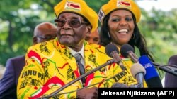 Роберт Мугабе жубайы менен. 8-ноябрь, 2017-жыл.