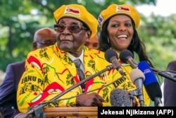Роберт и Грейс Мугабе незадолго до переворота. 8 ноября