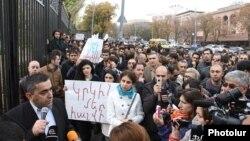 Դաշնակցական պատգամավոր Արմեն Ռուստամյանը դիմում է կենսաթոշակների պարտադիր կուտակային համակարգի դեմ Ազգային ժողովի շենքի դիմաց ցույց անցկացնող քաղաքացիներին, 15-ը նոյեմբերի, 2013թ․