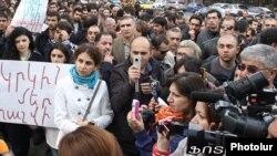 Կենսաթոշակային պարտադիր կուտակային համակարգի դեմ բողոքի ցույցը Ազգային ժողովի շենքի մոտ, 15-ը նոյեմբերի, 2013թ․