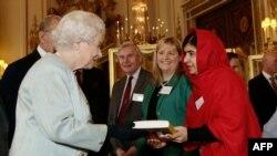Малика Элизабет ҳангоми пазируфтани Малола дар Лондон