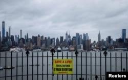 На заборе в парке Гамильтон над рекой Гудзон на фоне небоскребов Манхэттена