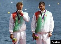 Срэбныя прызёры Раман Петрушэнка і Вадзім Махнеў на п'едэстале.