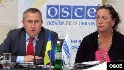 Андрей Дешица, Украинаның ЕҚЫҰ-дағы өкілі (сол жақта), Дженифер Браш, ЕҚЫҰ-ның Молдовадағы елшісі. Одесса, 23 мамыр 2013 жыл.