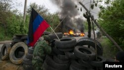 Проросійські сепаратисти охороняють блокпост біля Слов'янська, 2 травня 2014 року