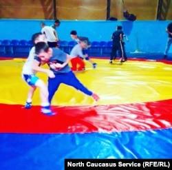 Родители охотно отдают детей в секцию борьбы