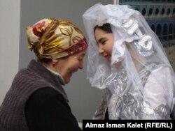 Свекровь и молодая невестка. Иллюстративное фото.
