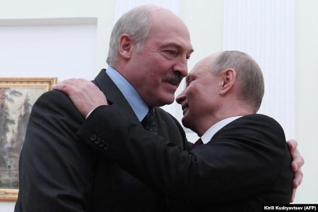 Олександр Лукашенко (ліворуч) і президент Росії Володимир Путін під час зустрічі в Москві (архівне фото)