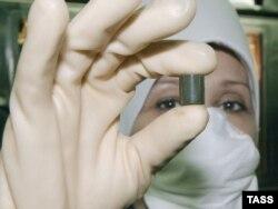 Үлбі металлургия комбинаты қызметкері атом электростанциясына арналып жасалған отын таблеткасын көрсетіп тұр. Өскемен, 10 мамыр 2004 жыл. (Көрнекі сурет)