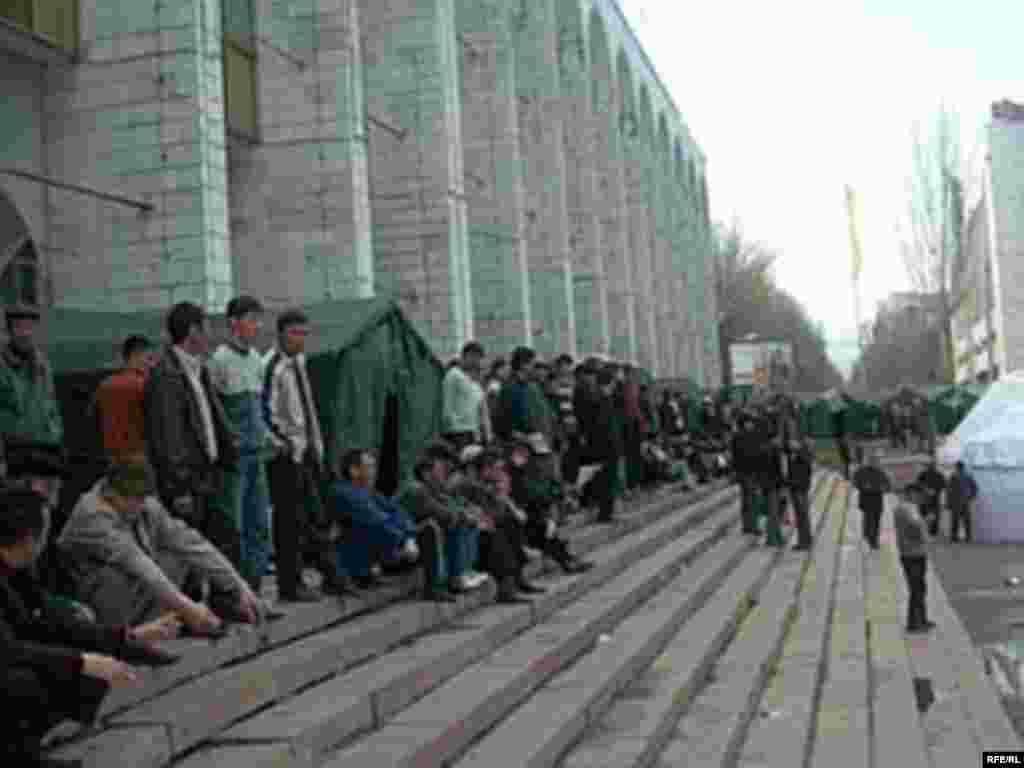 Оппозиция на центральной площади Бишкека