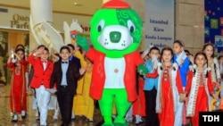 Дети рядом с официальным символом Азиады во время его презентации в Ашгабате.