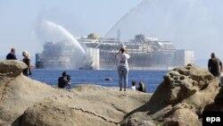 Так 23 июля 2014 г. на острове Джильо провожали в последний рейс лайнер Costa Concordia
