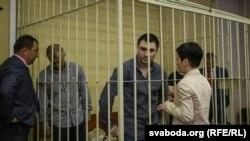 Уладзімер (зьлева) і Казьбек Япрынцаў у судзе, 4 ліпеня 2016 году