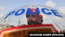 Сотрудник полиции в пакистанском городе Карачи. Иллюстративное фото.