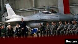 Выступление президента Польши Бронислава Коморовского перед польскими и американскими солдатами