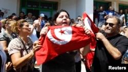Мухаммад Брахминин кызы Балкис (ортодо) Тунистин желегин көтөрө, атасынын өлтүрүлгөнүнө кайгырып ыйлап турат, 25-июль, 2013