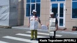 Валентина и Владимир Тарасовы проводят возле здания прокуратуры ВКО акцию протеста против действий ведомства, которое не возобновляет расследование гибели их сына Григория Тарасова. Усть-Каменогорск, 12 июня 2018 года.