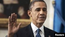 Барак Обама ант тапсыру кезінде. Вашингтон, 20 қаңтар 2013 жыл.
