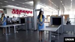 Сотрудницы таможенного контроля во время открытия нового терминала международного Донецкого аэропорта. 14 мая 2012 года