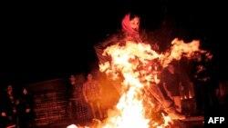 پریدن از روی آتش از آداب آیین چهارشنبهسوری است.