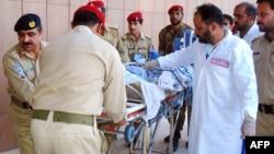 Mjekët duke ndihmuar Malala Yousafzain