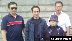 Гражданский активист Курал Медеуов (второй слева) вместе со своими сторонниками у здания спецприемника для административно арестованных после освобождения из-под ареста. Алматы, 1 июня 2016 года.