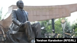Памятник Нурсултану Назарбаеву в Алматы.