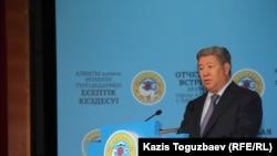 Аким Алматы Ахметжан Есимов на отчетной встрече с населением. Алматы, 19 февраля 2015 года.