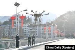 Китайські полісмени піднімають у повітря дрон для моніторингу ситуації на вулицях міста