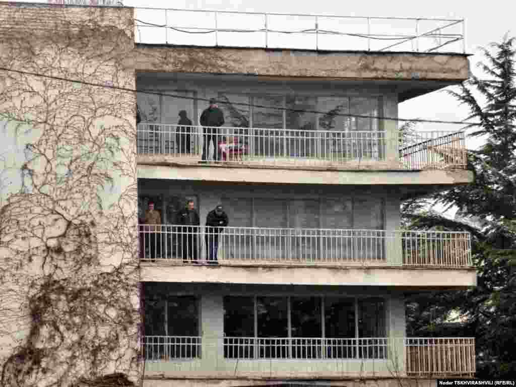 დევნილების ყოფილი საცხოვრებელი სტუდქალაქში - თბილისში დევნილთა გამოსახლების პროცესი განახლდა. ყველაზე დაძაბული სიტუაცია შეიქმნა ბაგების სტუდქალაქში, რომელიც პოლიციელთა ალყაში მოექცა. წინააღმდეგობის გაწევის ბრალდებით სამართალდამცავებმა დააკავეს 10-მდე დევნილი, მათ შორის 4 ქალი.
