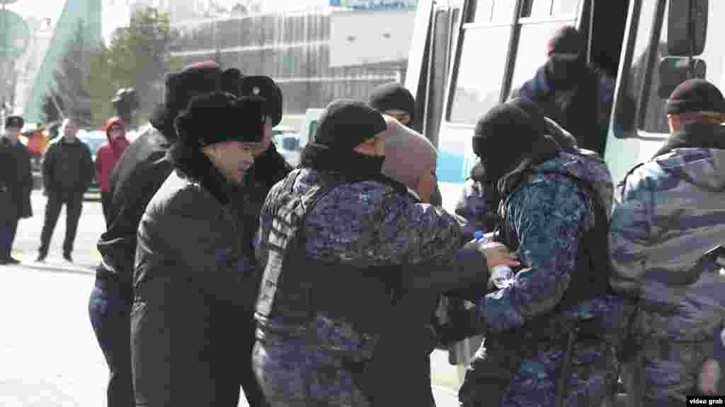 Задержания происходили и 21 марта. В Астане полицейские погрузили в автобусы несколько человек, находившихся возле столичного акимата. Среди них были те, кто выступал против переименования города в Нурсултан (Нур-Султан).