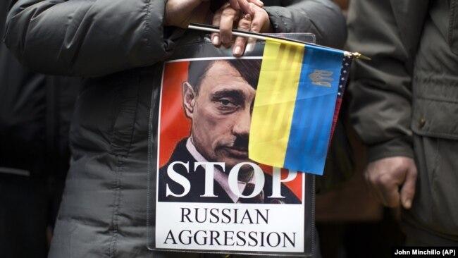 Зображення російського президента Володимира Путіна у вигляді Адольфа Гітлера на акції протесту в Нью-Йорку проти збройної агресії Росії щодо України (архівне фото)