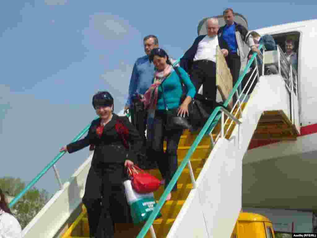 Самолеттан төшү. Гөлназ Шәйхи, Ләйсәнә Садретдинова, Ринат Закиров һәм башкалар