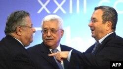 محمود عباس پس از آنکه طالبانی با باراک دست داد، به آنها پیوست. (عکس:AFP)
