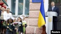 Віктор Янукович час урочистої церемонії з нагоди початку нового навчального року. Президент відвідав школу № 16 у Києві, 1 вересня 2010 року