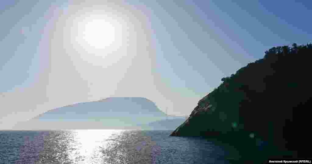 Солнечная дорожка перед Аю-Дагом